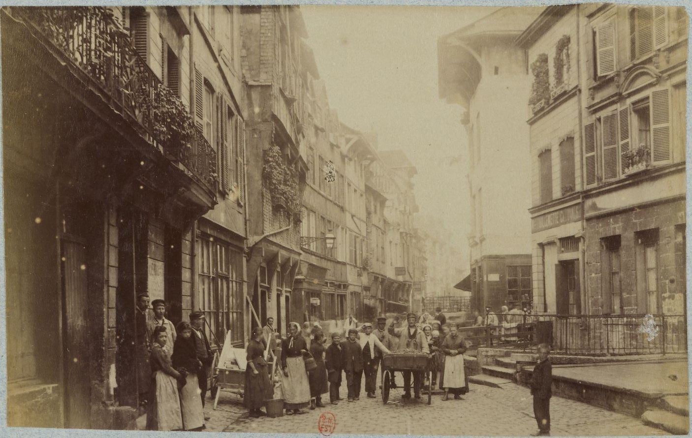 La rue Eaux de Robec autour de 1880. Une grande partie du récit de Fraigneau se déroule dans le quartier Martainville, très miséreux à l'époque. Photographie Gallica