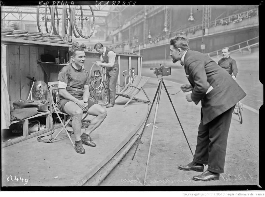 Un photographe lors d'une course au Vel d'hiv, en 1923 . Photographie de Agence Rol, Gallica/BnF