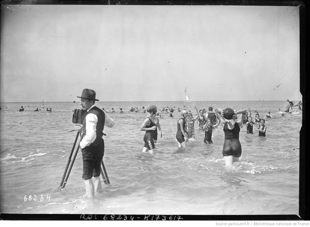 Un photographe à Dauville en 1921. Agence Rol, Gallica/BnF